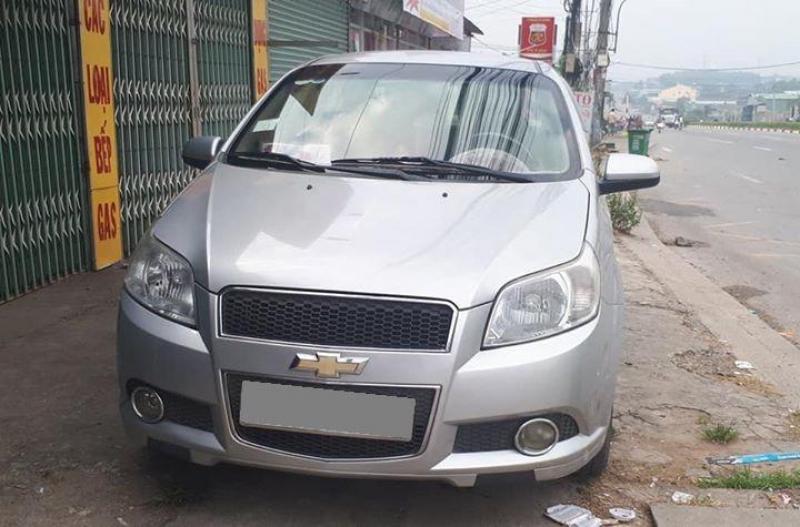 Cần bán Chevrolet Aveo 2017 số sàn màu bạc xe đẹp mới