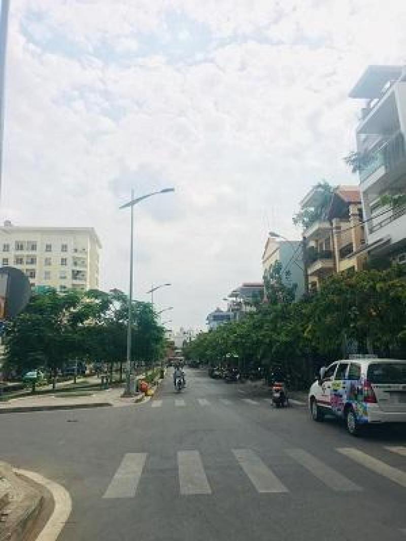Gác lửng 10 x 9m giá 15 tỷ 500 triệu mặt tiền đường Phạm Huy Thông.