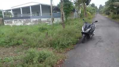 Cần bán đất mặt tiền đường Trần Thị Thơm, cách sân banh Cửu Long 300m. Đất chính chủ, có thổ cư, nền cao ráo . hướng chánh nam Ngang 5.1m, nở hậu 5.3m, dài 26m.