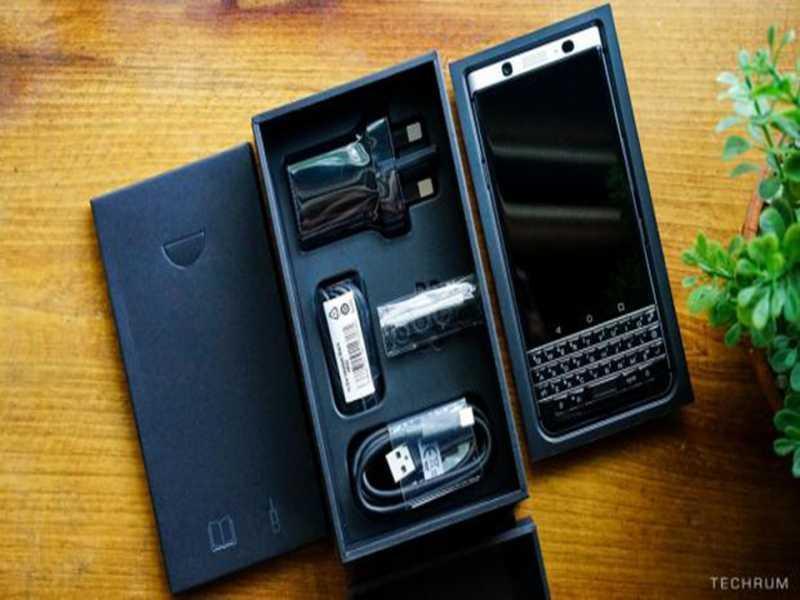 BlackBerry KEYone là chiếc điện thoại thông minh trông giống như những chiếc điện thoại đầu những năm 2000
