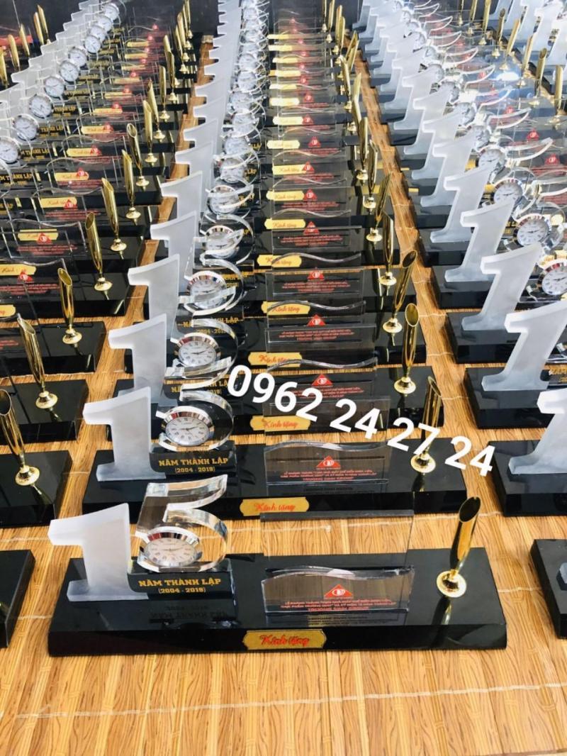 xưởng sản xuất đồng hồ để bàn kỷ niệm ngày tựu trường, chỗ bán đồng hồ uy tín