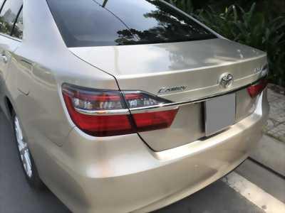 Cần bán Toyota Camry model 2018 vàng hoàng kim rất mới.