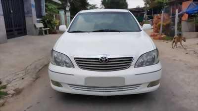 Cần bán gấp Toyota Camry 2002 số sàn. Xe màu trắng ngọc trinh