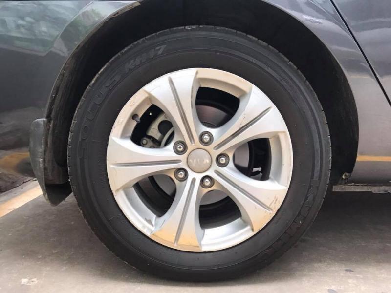 Gia đình cần bán xe Kia Carens 2017, số sàn, màu xám