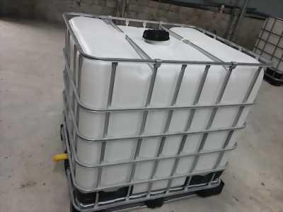 Tank nhựa, bồn nhựa màu trắng có khung thép bao quanh