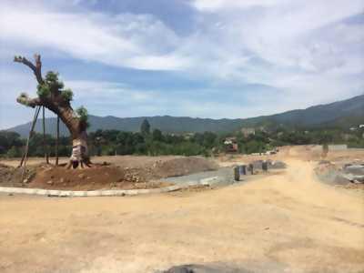 Nền hẻm 180 Trần Quang Diệu.