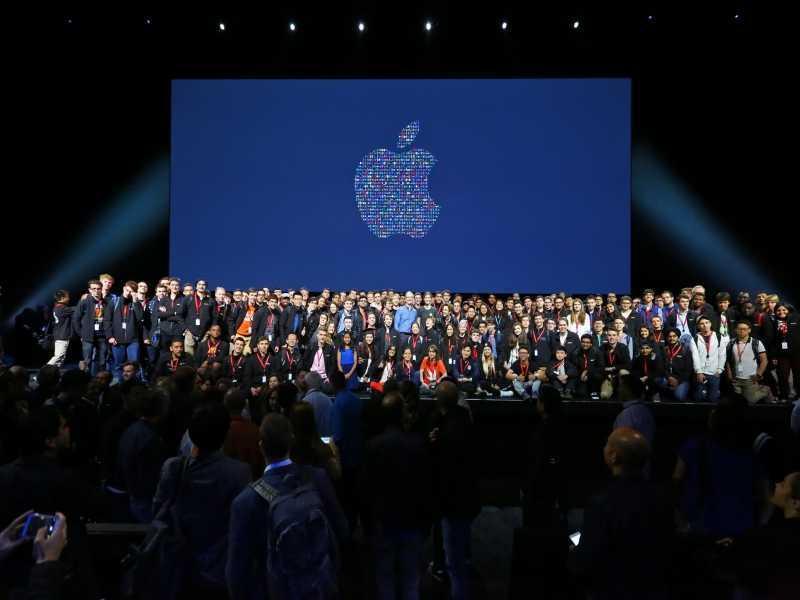 Sự kiện sinh nhật lần thứ 10 của iPhone cho thấy hành vi của chúng ta đã thay đổi như thế nào trong kỷ nguyên điện thoại thông minh