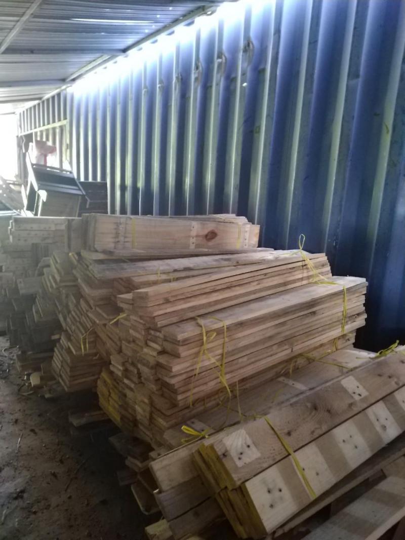 Chuyên đóng và phân phối bàn ghế bằng gỗ thông tại đà nẵng.