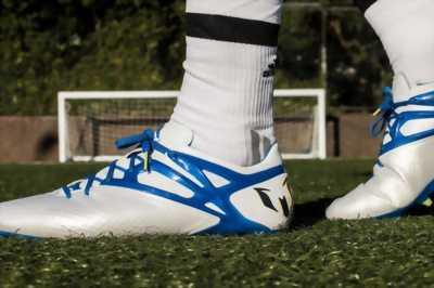 Giày đá bóng cỏ nhân tạo