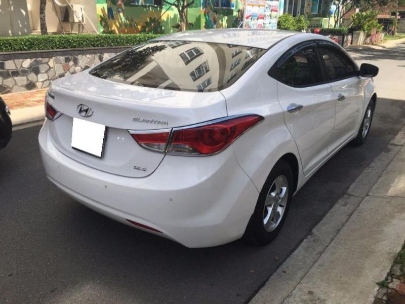 Đổi xe mới cần bán Huyndai Elentra 2014, số sàn, màu trắng