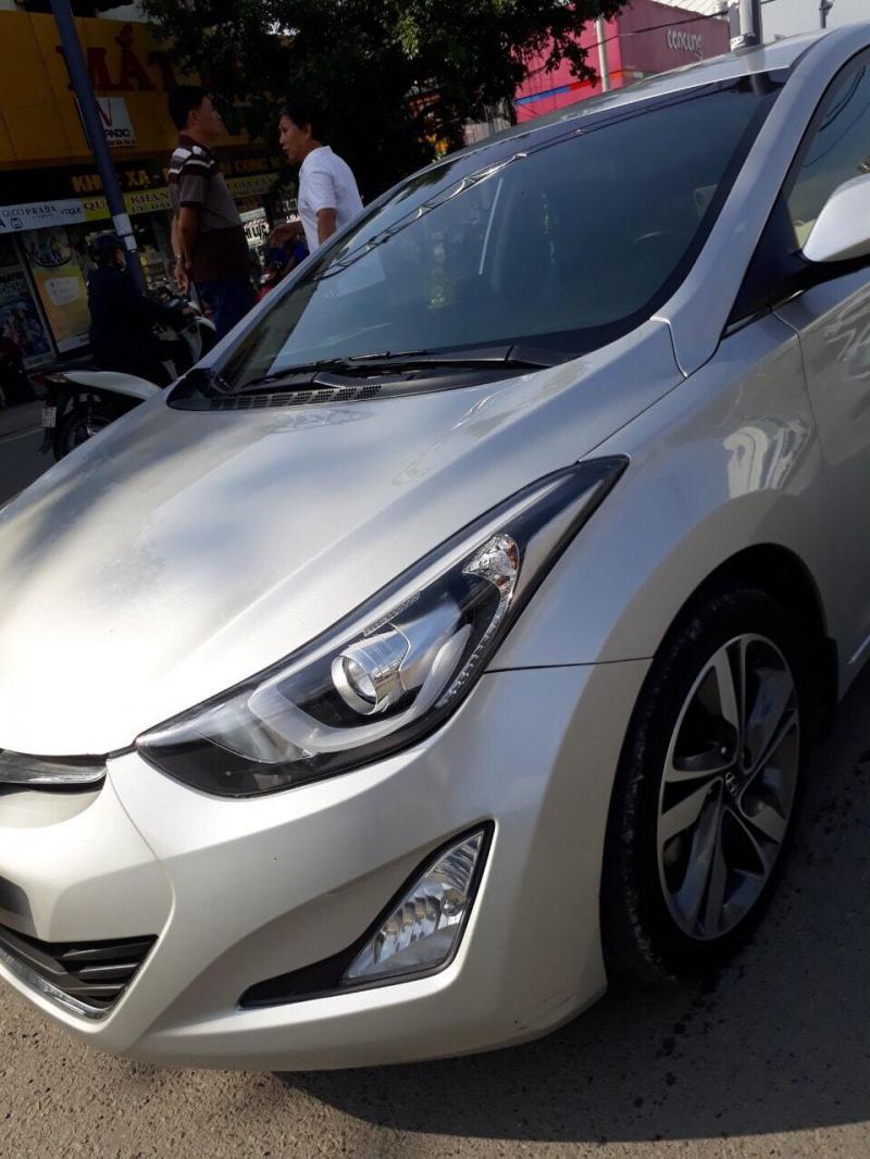 Cần bán gấp Huyndai Elentra 2014 màu bạc