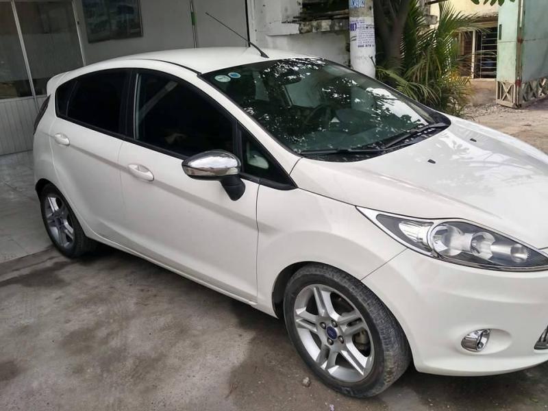 Mình đang kẹt tiền cần bán gấp xe Ford Fiesta 2013, màu trắng giá rẻ bèo