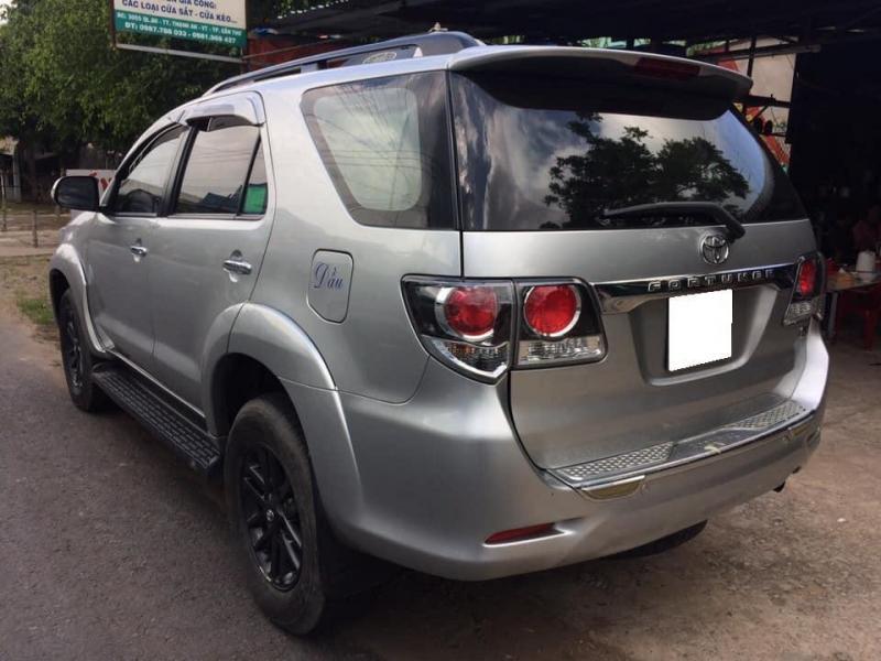 Cần bán xe Fortuner 2015 số sàn, máy dầu, màu bạc gia đình sử dụng