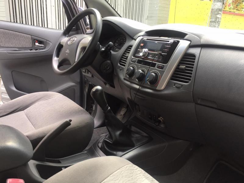 Cần bán nhanh xe Toyota Innova 2013 số sàn màu bạc