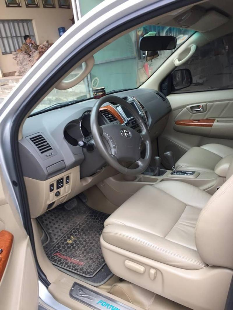 Cần bán xe Fortuner 2010 máy xăng số tự động, màu bạc, dẫn động 2 cầu