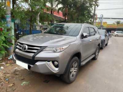 Chính chủ cần bán Toyota Fortuner 2017 màu bạc