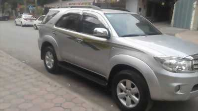 Cần bán xe Toyota Fortuner 2010 máy xăng số tự động màu bạc