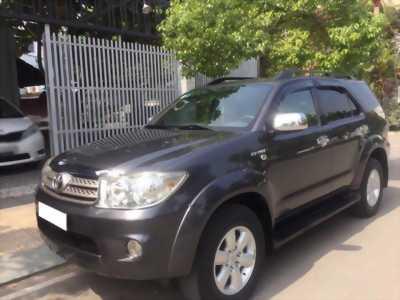 Gia đình cần bán xe Toyota Fortuner 2010 bản V số tự động