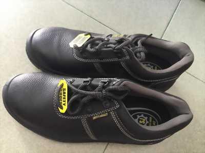 Cần thanh lý đôi giày bảo hộ