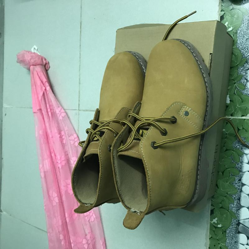 Giày da lộn cổ cao màu nâu. Chân size 42.