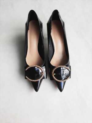 Giày cao gót 5P mũi nhọn đen bóng phối nơ khóa chữ C Mã 8706-515