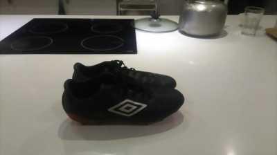 Cần bán giày bóng đá Umbro