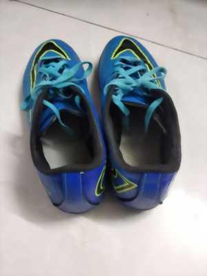 Giày bóng đá.