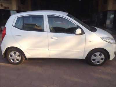 Kẹt tiền cần bán gấp chiếc Hyundai i10 đời 2013, màu trắng giá rẻ như bèo