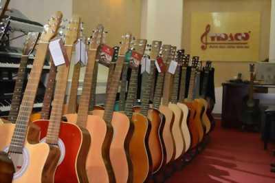 Đàn guitar. New 90%.  Tặng kèm bao da