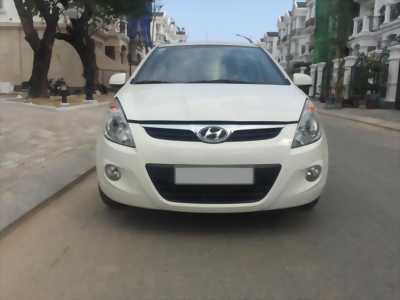 Một chiếc Hyundai i20 đời 2012 màu trắng cần bán nhanh