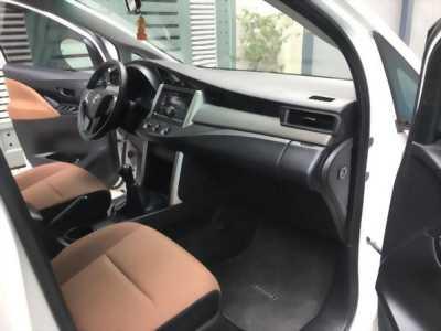 Bán xe Innova 2.0E 2018 số sàn màu trắng nội thất zin nguyên bản