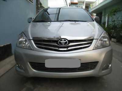 Bán Toyota Innova V 2011 màu bạc xe gia đình đi rất mới