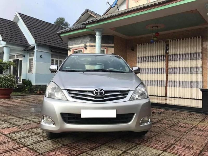 Cần bán gấp Toyota Innova 2010 số sàn,xe màu bạc