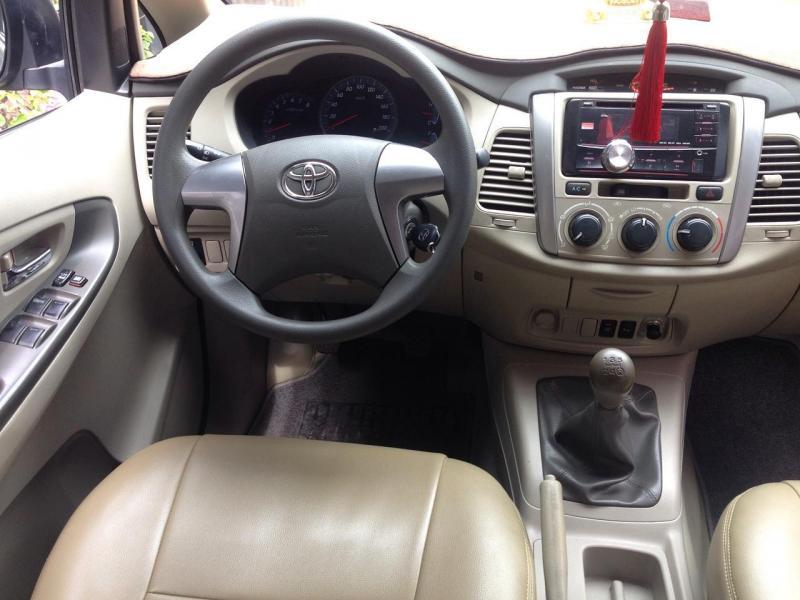 Cần bán xe Toyota Innova 2.0E 2016 số sàn màu bạc cực đẹp