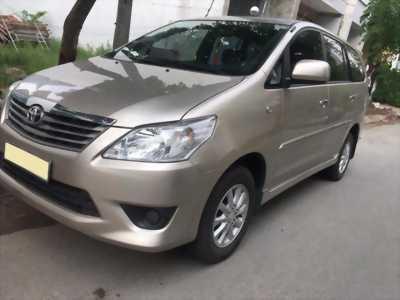 Cần bán xe Toyota Innova 2013 số sàn màu vàng cát, biển tp