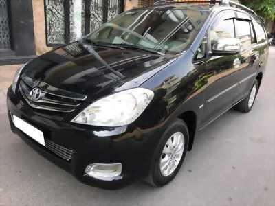 Nhà cần bán xe Innova 2011, bản V, số tự động, máy xăng, màu đen
