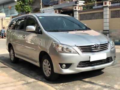 Cần bán xe Innova 2012, số sàn, màu bạc, còn mới tinh.