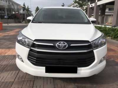 Bán xe Toyota Innova E 2018, số sàn màu trắng ngọc trinh