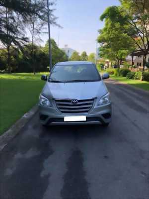 Bán  gấp Toyota  Innova 2014 màu bạc số sàn