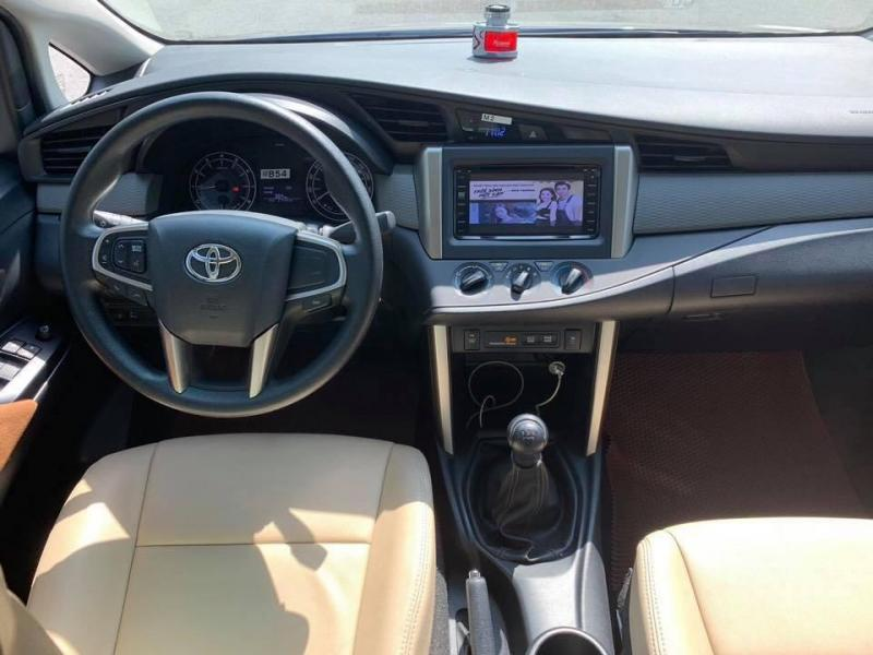 Cần bán gấp Toyota Innova 2018 số sàn. Xe màu xám nâu