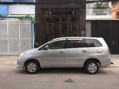 Cần tiền bán Innova 2011, số sàn, màu bạc