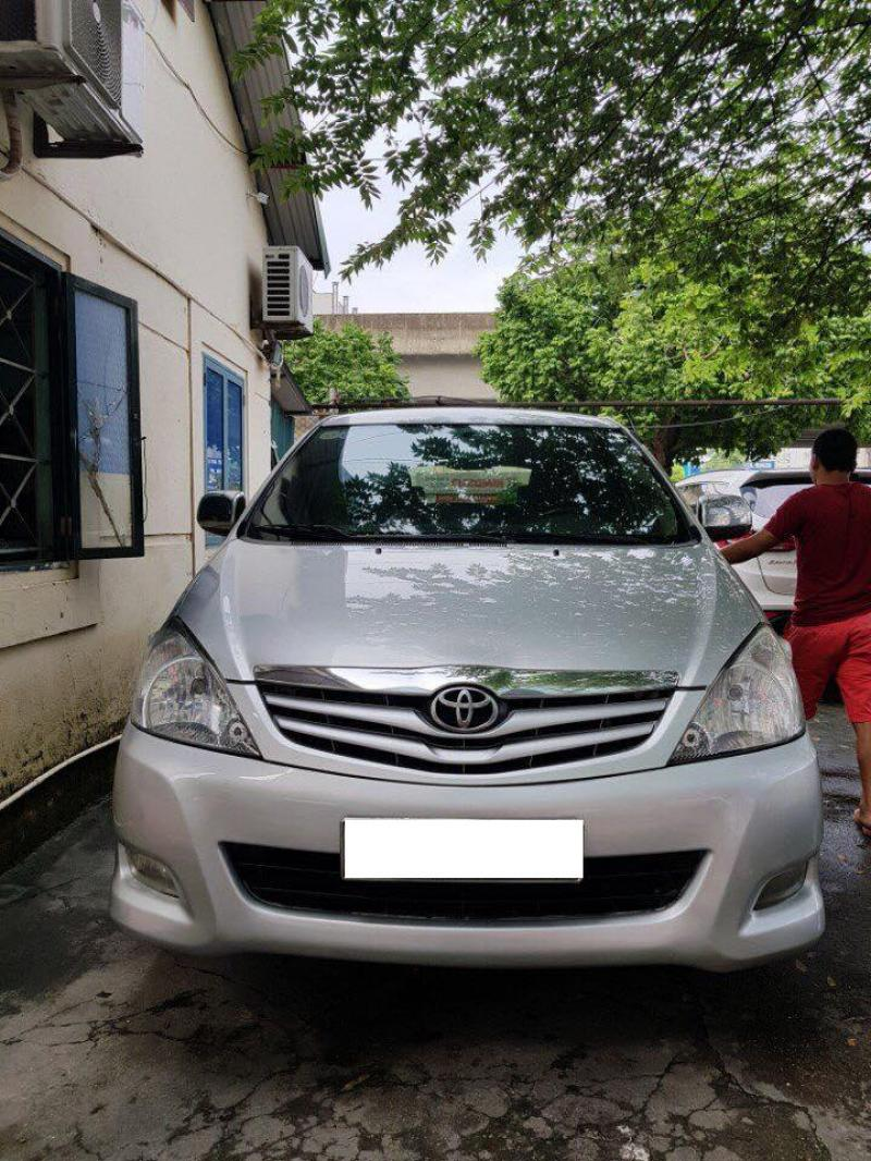 Cần bán xe Toyota Innova 2011 số sàn màu bạc