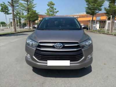 Cần bán Toyota Innova 2017, số sàn, màu xám, odo 33.000 km.
