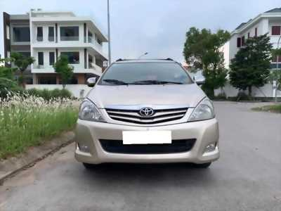 Gia đình cần bán xe Innova 2011 số sàn, màu vàng cát.