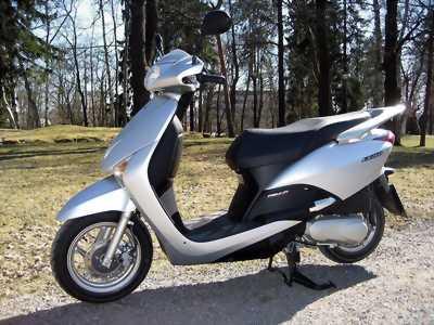 Honda lead 2012 màu bạc, chân chống điện tắt máy