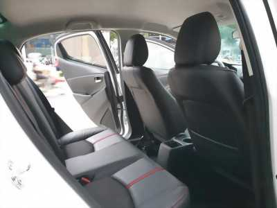 bán xe Mazda2 sedan 2016 số tự động màu trắng tinh