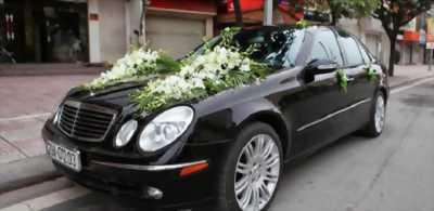 Cần bán chiếc Mercedes E500 4Matic màu đen sang trọng với giá tốt