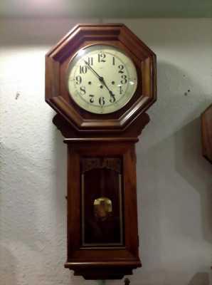 Đồng hồ treo tường quả lắc.