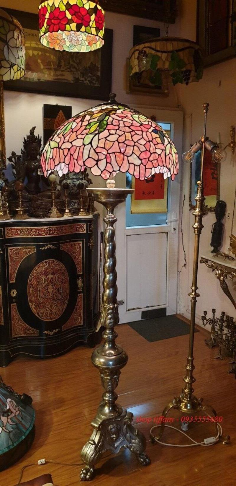 Đèn Tiffany hoa đậu chân đồng đúc.