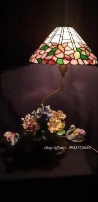Đèn tiffany chân đèn chất liệu là đồng và sứ vẽ tay cổ.